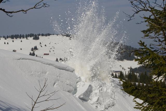 Sprengung einer Schneewechte bei einer Fortbildung im März 2012